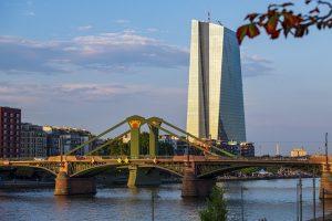 EZB darf weiter Anleihen kaufen | Ölpreis im Abwärtsstrudel